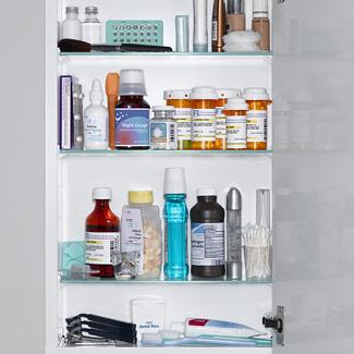 O armário do banheiro, sujeito à umidade, ao vapor do chuveiro, não é o melhor local.  Recomenda-se  armazenar em uma caixa ou  armário fechado e em   local protegido das variações de temperatura.
